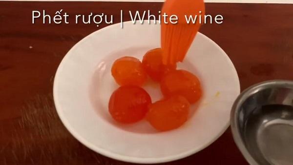 Sơ chế lòng đỏ trứng muối